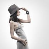 γκρίζες νεολαίες γυναικών βλαστών μόδας φορεμάτων Στοκ εικόνα με δικαίωμα ελεύθερης χρήσης