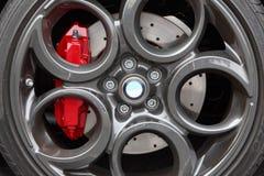 Γκρίζες ρόδα αθλητικών αυτοκινήτων κραμάτων και κινηματογράφηση σε πρώτο πλάνο φρένων δίσκων Στοκ Εικόνα