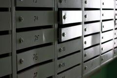 γκρίζες ταχυδρομικές θυρίδες μετάλλων στην είσοδο μιας πολυκατοικίας στοκ φωτογραφίες