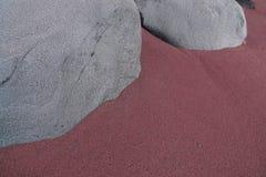 Γκρίζοι βράχοι στην κοκκινωπή άμμο Στοκ εικόνα με δικαίωμα ελεύθερης χρήσης