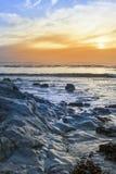 Γκρίζοι βράχοι στη δύσκολη παραλία Στοκ Φωτογραφία