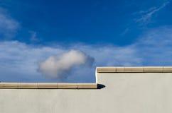 Γκρίζοι τοίχος και ουρανός Στοκ Φωτογραφία