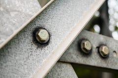 Γκρίζοι φραγμοί μετάλλων με τα μπουλόνια και τα πλυντήρια στοκ εικόνες με δικαίωμα ελεύθερης χρήσης