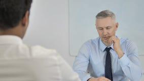 Γκρίζος επιχειρηματίας τρίχας που μιλά με τον επιχειρηματία στην αρχή, συζητώντας την εργασία απόθεμα βίντεο