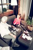 Γκρίζος-μαλλιαρή γιαγιά που διδάσκει το κορίτσι της το Σαββατοκύριακο στοκ φωτογραφία