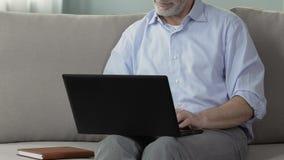 Γκρίζος-μαλλιαρό αρσενικό χρησιμοποιώντας lap-top, σε απευθείας σύνδεση επικοινωνία, υπηρεσία online αναζήτησης νυφών απόθεμα βίντεο