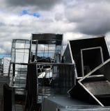 Γκρίζος ουρανός και ασημένια κιβώτια metla στα υλικά οδόστρωσης Στοκ φωτογραφία με δικαίωμα ελεύθερης χρήσης