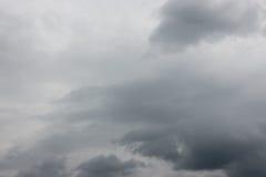 Γκρίζος ουρανός πριν από τη θύελλα Στοκ Εικόνες