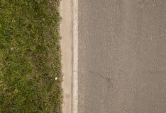 Γκρίζος δρόμος με την πράσινη χλόη Στοκ εικόνα με δικαίωμα ελεύθερης χρήσης