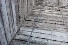 Γκρίζος συμπαγής τοίχος με τα ίχνη των κλείνοντας με παντζούρια φορμών Στοκ Φωτογραφία