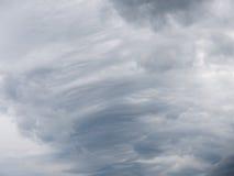 Γκρίζος σωρείτης και cirrus σύννεφων στοκ φωτογραφία με δικαίωμα ελεύθερης χρήσης