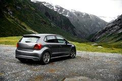 Γκρίζος σύγχρονος χώρος στάθμευσης αυτοκινήτων σε μια άποψη στα βουνά της Νορβηγίας που αντιμετωπίζουν προς την πράσινη κοιλάδα Στοκ φωτογραφία με δικαίωμα ελεύθερης χρήσης