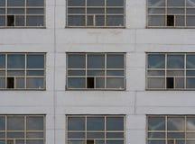 Γκρίζος τοίχος με τα μεγάλα παράθυρα Στοκ φωτογραφία με δικαίωμα ελεύθερης χρήσης