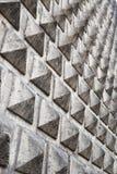 Γκρίζος τοίχος με τη σύσταση πυραμίδων Στοκ Εικόνες