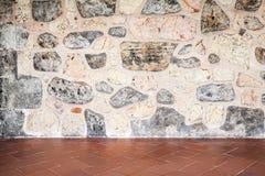 Γκρίζος τοίχος πετρών και κόκκινη επικεράμωση πατωμάτων στοκ εικόνα με δικαίωμα ελεύθερης χρήσης