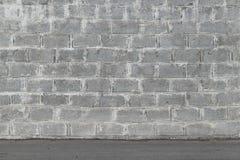 Γκρίζος τοίχος φιαγμένος από τσιμεντένιους ογκόλιθους Στοκ Εικόνα
