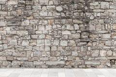 Γκρίζος τραχύς τοίχος πετρών και άσπρη επικεράμωση πατωμάτων στοκ εικόνα με δικαίωμα ελεύθερης χρήσης