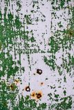 Γκρίζος χρωματισμένος τοίχος μετάλλων με το ραγισμένο πράσινο χρώμα, λεκέδες σκουριάς, Στοκ φωτογραφία με δικαίωμα ελεύθερης χρήσης