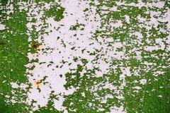 Γκρίζος χρωματισμένος τοίχος μετάλλων με το ραγισμένο πράσινο χρώμα, λεκέδες σκουριάς, φύλλο του σκουριασμένου μετάλλου με το ραγ Στοκ Εικόνες