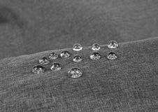 Γκρίζο αδιάβροχο ύφασμα με την κινηματογράφηση σε πρώτο πλάνο waterdrops Στοκ Φωτογραφία