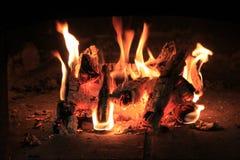 γκρίζο ελαφρύ δάσος κούτσουρων πυρκαγιάς woodpile Στοκ Φωτογραφίες
