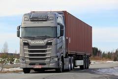 Γκρίζο ημι ρυμουλκό Scania επόμενης γενιάς που σταθμεύουν Στοκ Φωτογραφίες