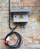 Γκρίζο ηλεκτρικό κιβώτιο στο υπόβαθρο τοίχων Στοκ Φωτογραφίες