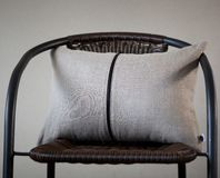 Γκρίζο μαξιλάρι λινού το διακοσμητικό φερμουάρ έλλειψης που απομονώνεται με στο σπίτι γ στοκ φωτογραφία