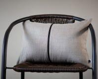 Γκρίζο μαξιλάρι λινού το διακοσμητικό φερμουάρ έλλειψης που απομονώνεται με στο σπίτι γ στοκ εικόνες