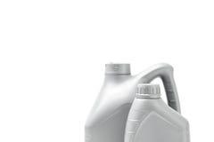 Γκρίζο μεταλλικό κουτί με το πετρέλαιο μηχανών που απομονώνεται στο άσπρο υπόβαθρο Στοκ εικόνες με δικαίωμα ελεύθερης χρήσης