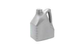 Γκρίζο μεταλλικό κουτί με το πετρέλαιο μηχανών που απομονώνεται στο άσπρο υπόβαθρο Στοκ εικόνα με δικαίωμα ελεύθερης χρήσης