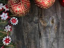 Γκρίζο ξύλινο υπόβαθρο Χριστουγέννων με τα παιχνίδια Χριστουγέννων Στοκ Εικόνα