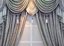 γκρίζο παράθυρο κουρτινώ Στοκ φωτογραφίες με δικαίωμα ελεύθερης χρήσης
