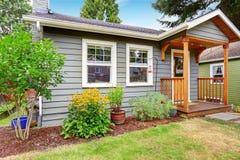 Γκρίζο παλαιό σπίτι με την ξύλινη περιποίηση Στοκ Εικόνα