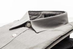 Γκρίζο πουκάμισο φορεμάτων υφασμάτων που διπλώνεται Στοκ Εικόνες