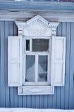 Γκρίζο ρωσικό ξύλινο πλαίσιο παραθύρων Στοκ Φωτογραφία