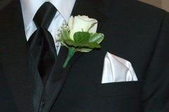 Γκρίζο σμόκιν με την άσπρη ροδαλή μπουτονιέρα Στοκ φωτογραφία με δικαίωμα ελεύθερης χρήσης