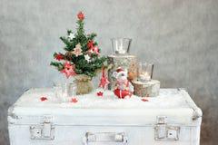 Γκρίζο υπόβαθρο Χριστουγέννων με τα κεριά και το δέντρο στοκ φωτογραφία