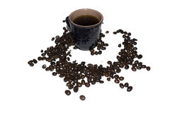 Γκρίζο φλιτζάνι του καφέ αργίλου που ψεκάζεται με τα σιτάρια του καφέ σε ένα whi Στοκ φωτογραφία με δικαίωμα ελεύθερης χρήσης