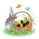 Γκρίζο χαριτωμένο κουνέλι κοντά σε ένα καλάθι με τα αυγά Πάσχας Λουλούδια και πεταλούδες άνοιξη Το σύμβολο Πάσχας στον πολιτισμό  διανυσματική απεικόνιση