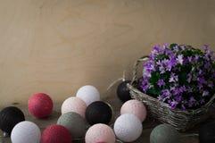 Γκρίζο ψάθινο καλάθι με τα όμορφα πορφυρά λουλούδια Στοκ εικόνα με δικαίωμα ελεύθερης χρήσης