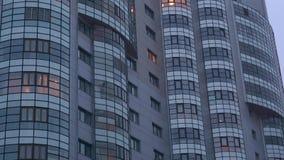 Γκρίζο ψηλό κτίριο, πολλά παράθυρα απόθεμα βίντεο