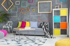 Γκρίζο δωμάτιο με τα διακοσμητικά τετράγωνα στοκ εικόνα