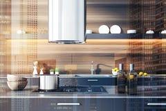 Γκρίζο countertop κουζινών στο ξύλινο δωμάτιο, διπλάσιο στοκ φωτογραφία με δικαίωμα ελεύθερης χρήσης