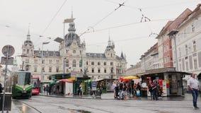 Γκραζ, Αυστρία, τον Ιούνιο του 2017: Εντατική κυκλοφορία στο τετράγωνο μπροστά από το Δημαρχείο στο Γκραζ, Αυστρία απόθεμα βίντεο