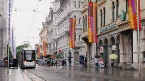 Γκραζ, Αυστρία, τον Ιούνιο του 2017: Ο κεντρικός δρόμος Γκραζ, η κυκλοφορία των τραμ, των πεζών και των αυτοκινήτων βροχερός καιρ φιλμ μικρού μήκους
