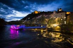 Γκραζ στην Αυστρία τή νύχτα με το νησί στο MUR στοκ φωτογραφίες