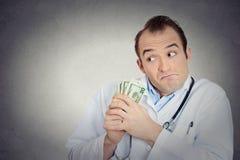 Γκρινιάρικα άπληστα φιλάργυρα χρήματα εκμετάλλευσης υγειονομικής περίθαλψης επαγγελματικά Στοκ εικόνες με δικαίωμα ελεύθερης χρήσης