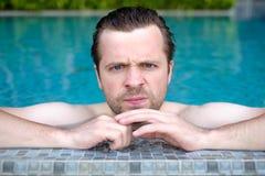 Γκρινιάρικο υπόλοιπο ατόμων στην πισίνα Στοκ φωτογραφία με δικαίωμα ελεύθερης χρήσης