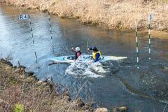 ΓΚΡΟΝΤΝΟ, ΛΕΥΚΟΡΩΣΙΑ - ΤΟΝ ΑΠΡΊΛΙΟ ΤΟΥ 2019: ανταγωνισμός ελεύθερης κολύμβησης καγιάκ στο γρήγορο ποταμό κρύου νερού που κωπηλατε στοκ φωτογραφία